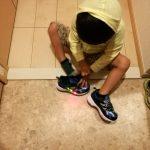 長袖と光る靴と